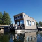 Tiny Houseboat aan de wal
