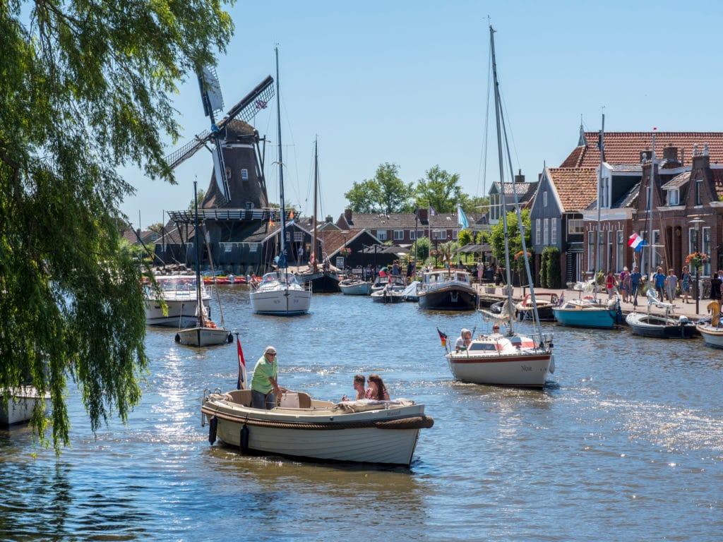 Genießen Sie die Fahrt durch das schöne Woudsend mit einem Boot von Bootsverleih Friesland