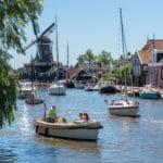 Lekker varen door het mooie Woudsend met een boot van Bootverhuur Friesland