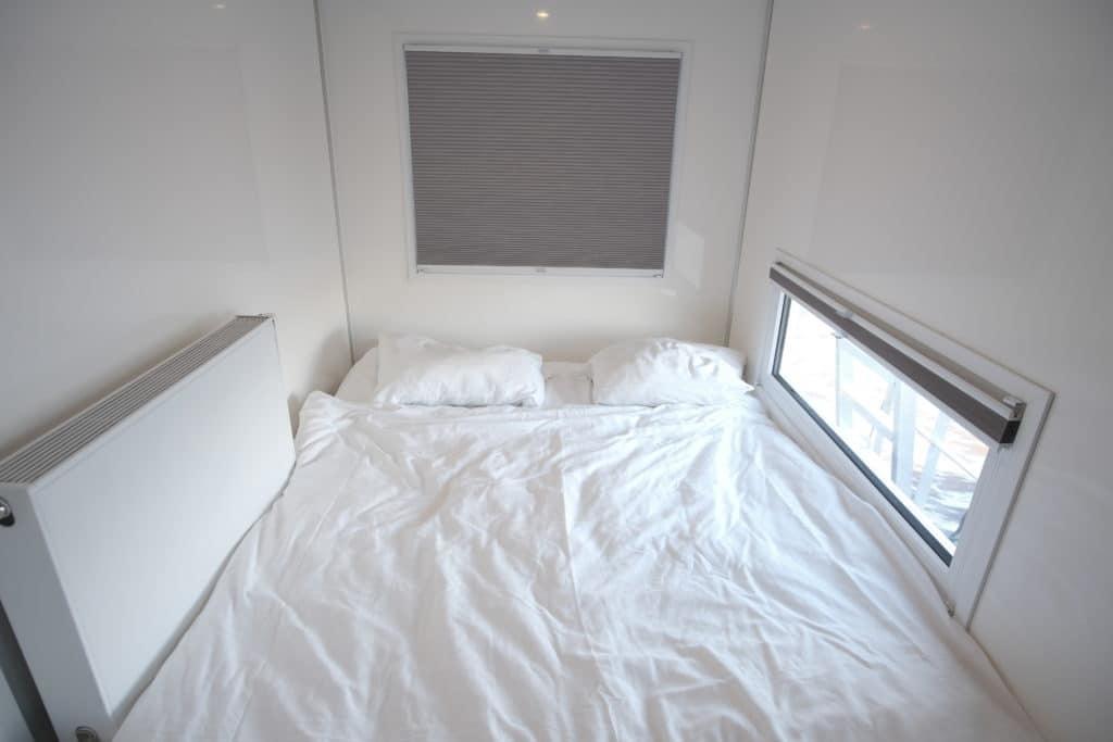tweepersoons slaapkamer met uitzicht over het water