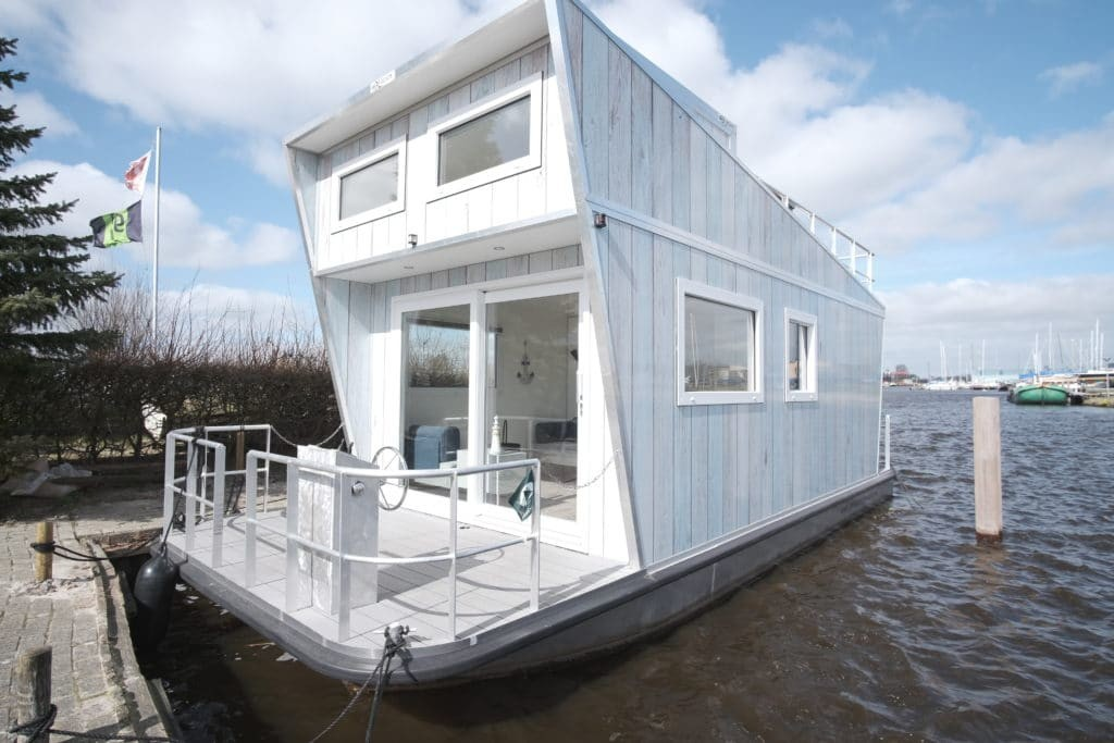 Tiny Houseboat in de haven in Heeg