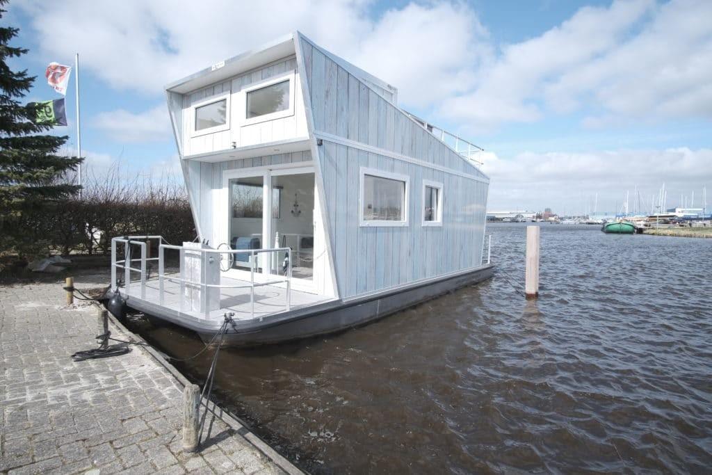 Tiny Houseboat in de haven in Heeg