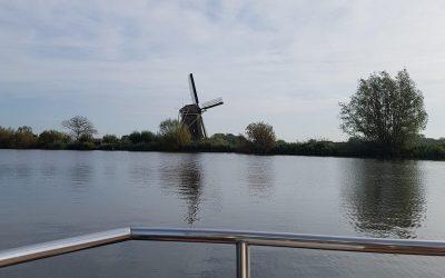 Tiny Houseboat met molen Bootverhuur Friesland | Genieten op het water