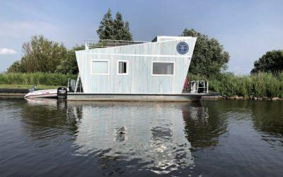 Tiny Houseboat bij Langweer