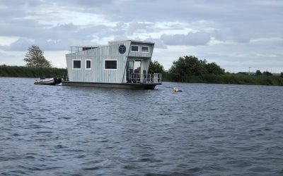 Tiny Houseboat varend